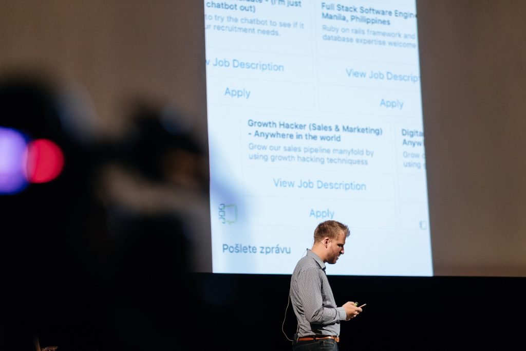 Leadership Conference: Viktor Kustein demonstrates HR chatbot in real time